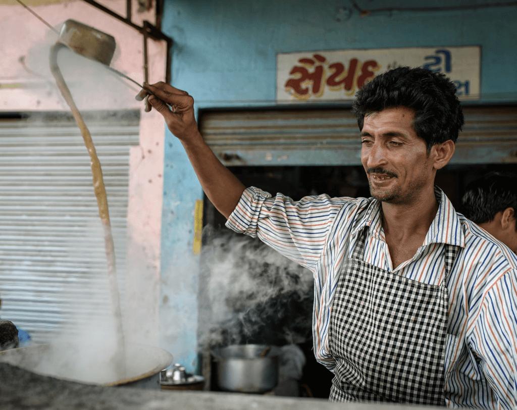בחור הודי שמכין צ'אי