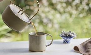 מזיגת תה לספל