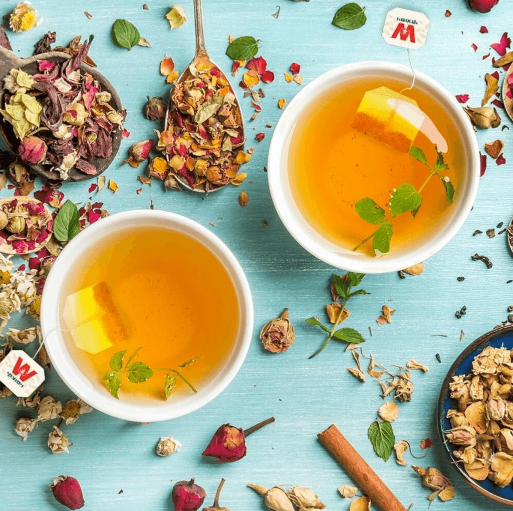 שני ספלי תה צהוב