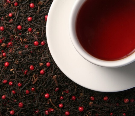כוס תה מונחת על זרעי חמוציות
