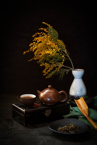 קומפוזיציה של אגרטל, קנקן וכוס תה