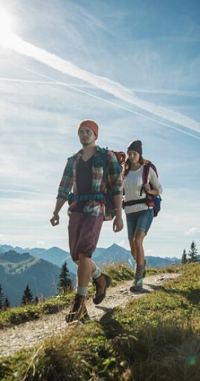 זוג מטייל בהרים