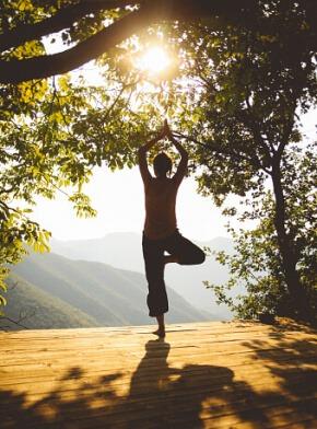 בחורה מתרגלת יוגה מול נוף מרהיב