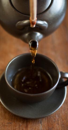 קנקן וכוס תה בצבע שחור