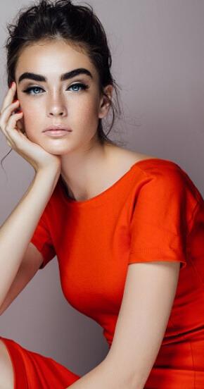 בחורה בשמלה אדומה