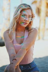 בחורה עם משקפי שמש