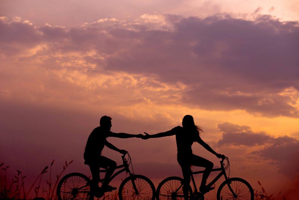 זוג רוכב על אופנייים